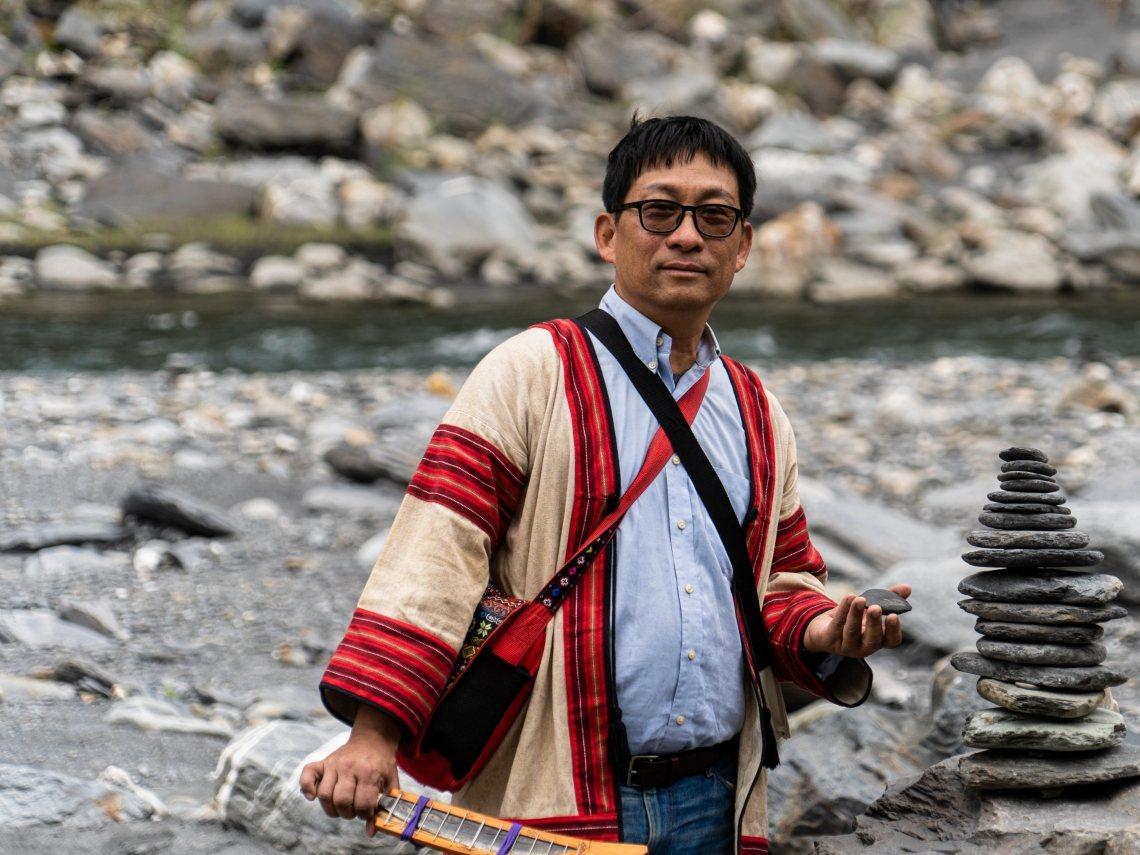 南投旅遊達人連繡華常在颱風或豪石後帶著遊客到濁水溪上游撿龍紋石 圖/連繡華 提供