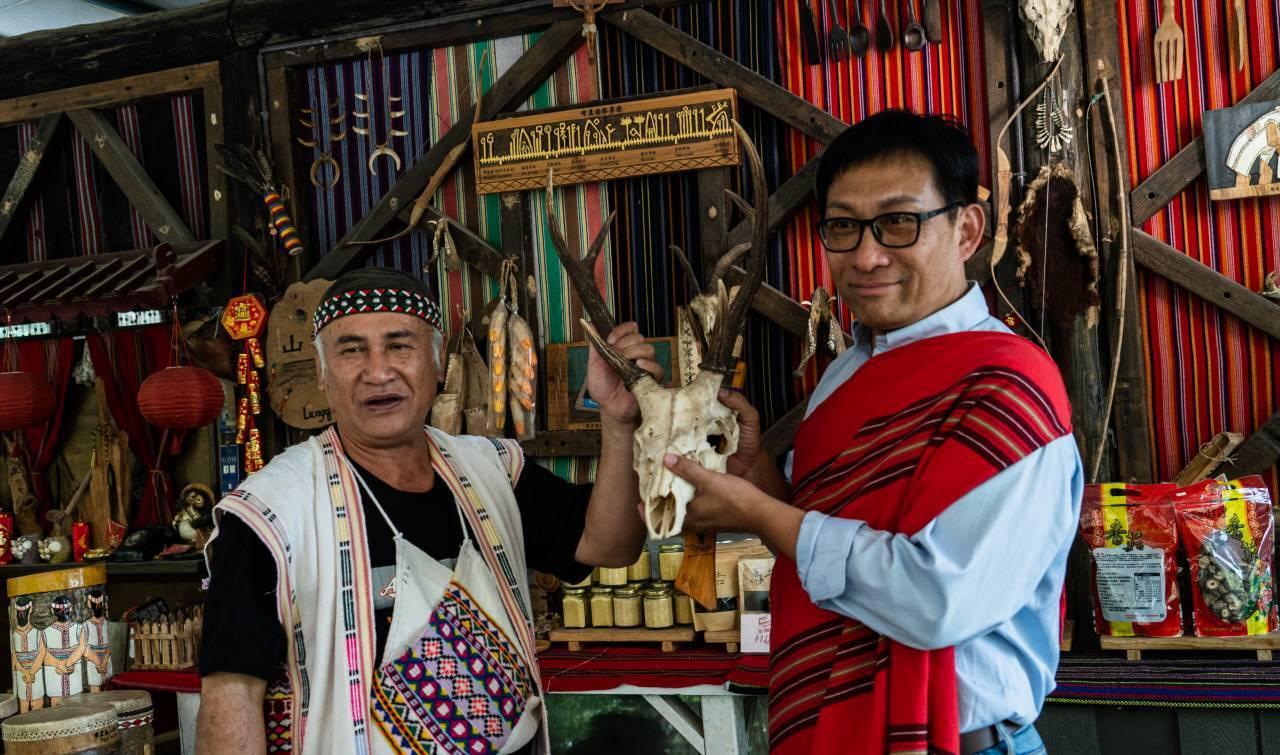 他和布農族推出活動,遊訪巴庫拉斯12次可獲贈鹿角。   圖/連繡華 提供