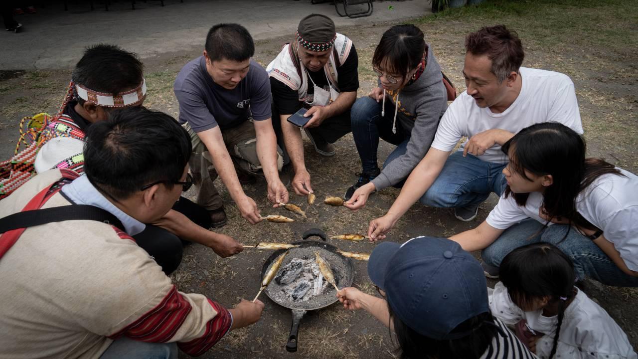 連繡華帶著客人,到巴庫拉斯部落烤香魚。   圖/連繡華 提供