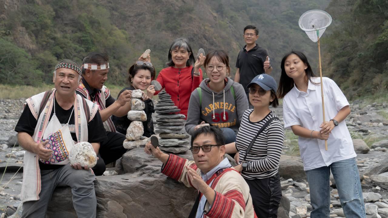 到溪底撿龍紋石後再堆疊石頭拍照,連繡華說有大女兒(右)同行當助理,格外開心。 圖...