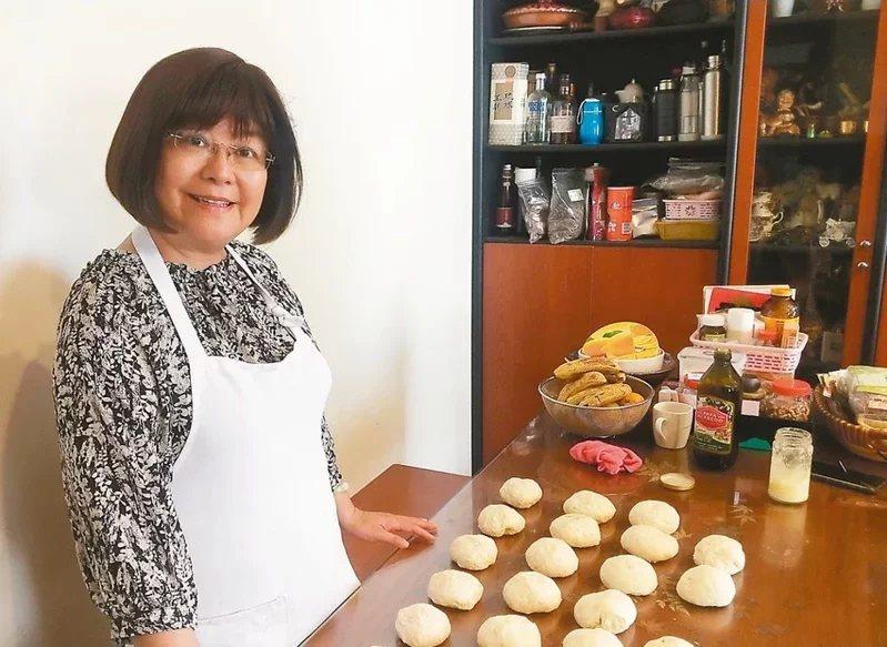 60歲江瑞芬曾到法國藍帶廚藝學校學烘焙,退休後當志工,也開烘焙課,分享所學。 ...