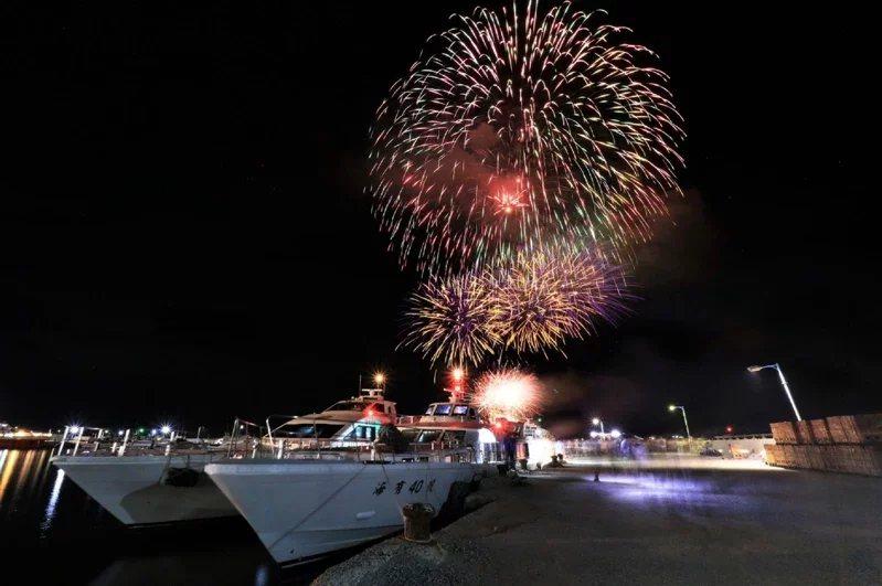 綻放的煙火與精彩的無人機表演,倒映在海面。  圖/KLOOK提供