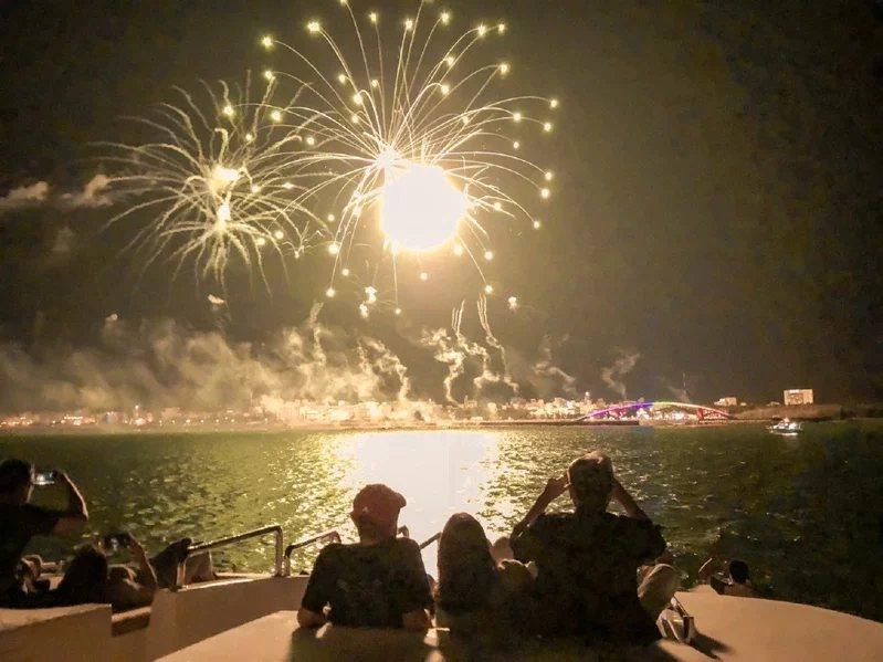 搭乘最多12人的豪華帆船出海賞花火。  圖/KLOOK提供