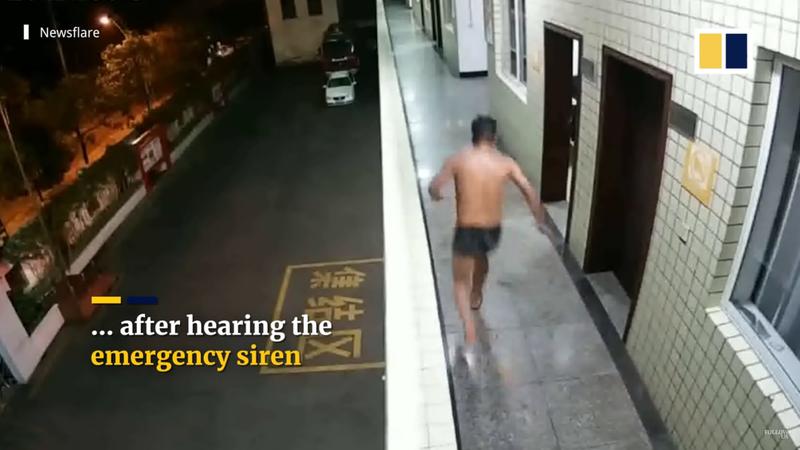 中國貴州一位消防員在洗澡時碰到警鈴響起,為拚救人馬上搶時間衝出浴室,身上還只穿著一件內褲。圖擷取自youtube