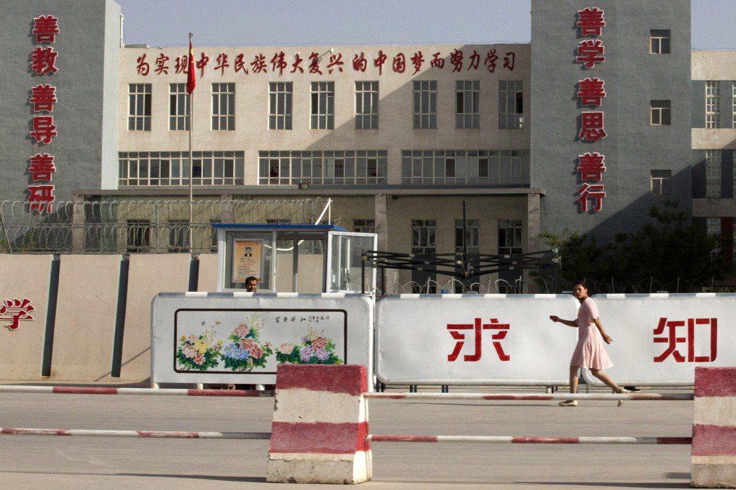 根據學者達倫拜勒的研究,中國在新疆發展出一套以數位方式嚴密監控工人的勞動控制系統,他稱之為「數位圍場」。圖為新疆喀什市一所學校。 圖/美聯社