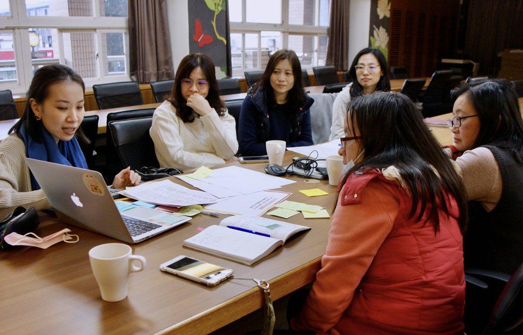 協會講師群透過 DFC 學習法,幫助老師們在不同學科領域的教學設計,有共同前進的...
