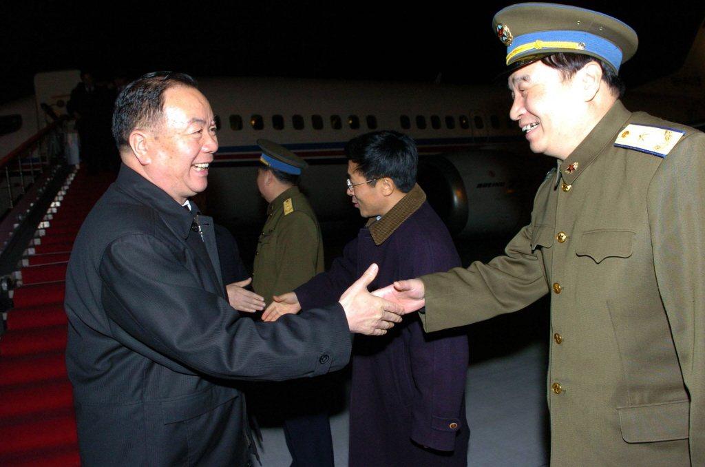 「新疆王」王樂泉(左)自90年代起就主政新疆,力主改變維人文化的方針,成為往後「結對成親」政策的藍本。攝於2005年。 圖/中新社