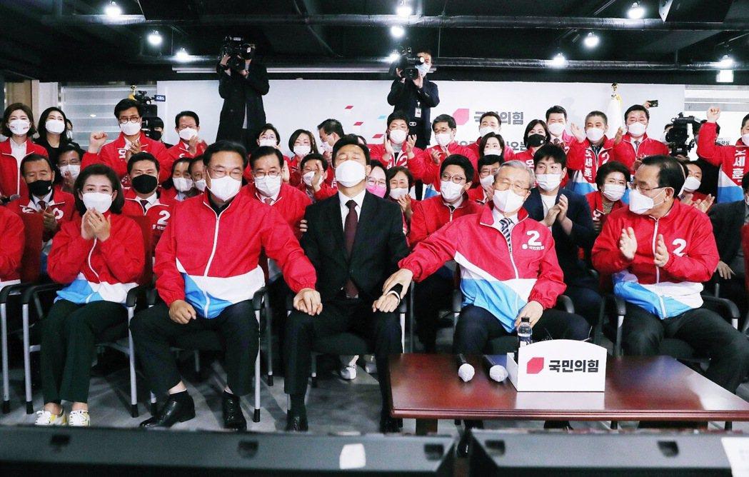 「首爾市民們...在確認勝選之後,在開票中鬆了一口氣的吳世勳(圖中著西裝者)。 ...