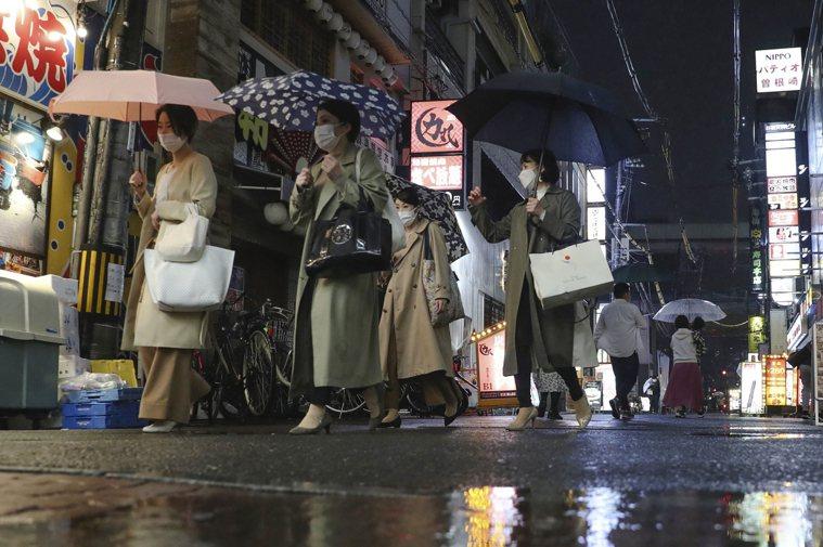 日本NHK報導,大阪府8日新增905例新冠肺炎確診,已是連續第三天創該府新高紀錄...