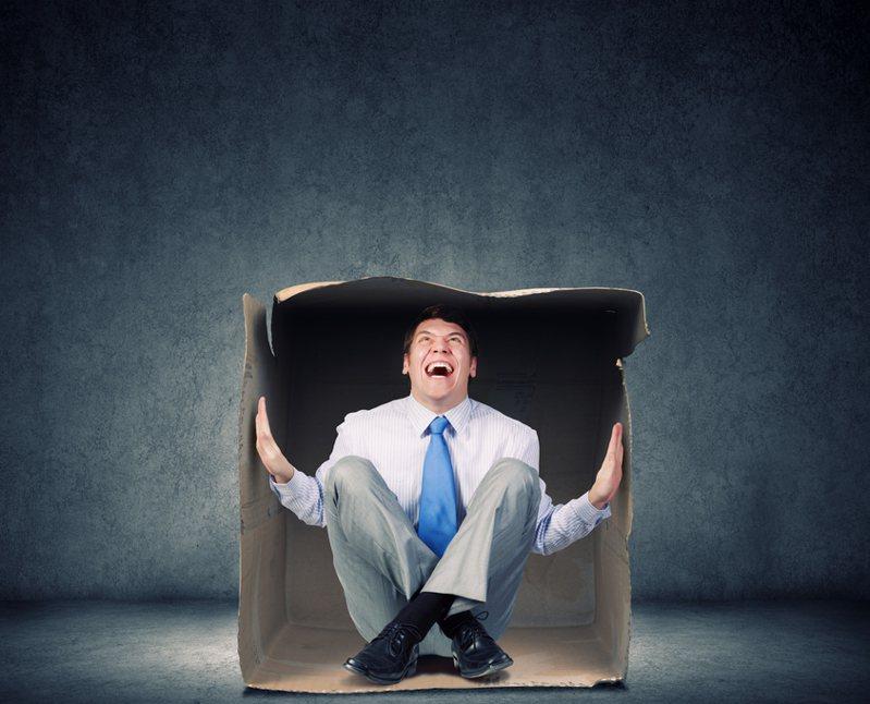 英國七十五歲男子羅布森年輕時在澳洲工作,因為想家又負擔不起相關費用,只好央求兩名同事把他裝箱「寄」回家。示意圖/Ingimage