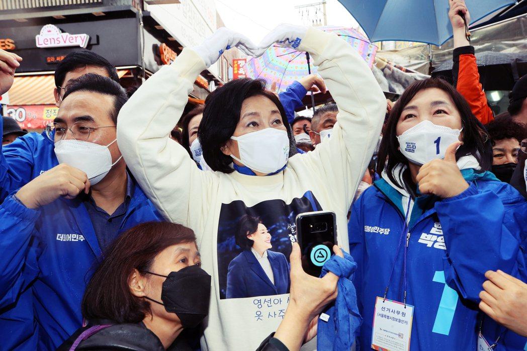 硬被拱上火線的朴映宣(中),原本希望以成為「南韓史上第一位女性地方首長」的歷史突...