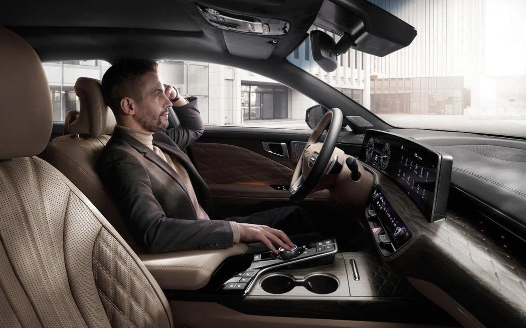 Kia K8內裝導入由雙12.3吋的數位儀表與中控螢幕所組成的曲面螢幕 (Pan...