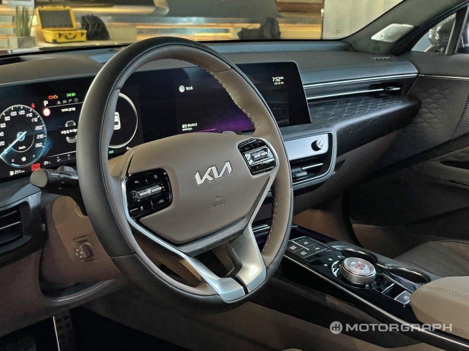 Kia K8方向盤面也因新廠徽而帶來了新設計的盤面。 摘自Motorgraph