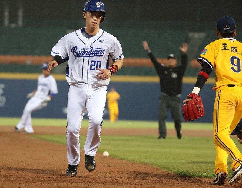 富邦悍將林宥穎(前左)5局下跑壘時原本被判妨礙守備,後改判游擊手接球失誤。記者林澔一/攝影