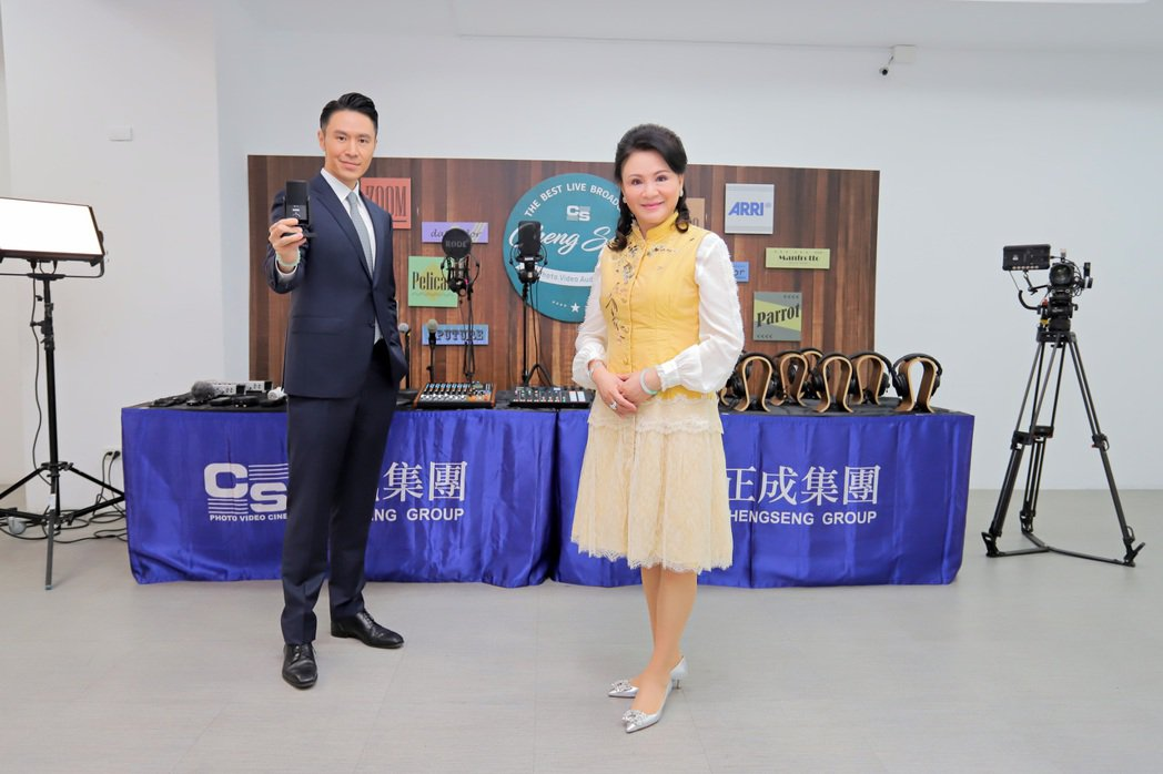 正成集團董事長陳怡璇(右)已交棒給該集團副總經理丘紘豪,對於新媒體、Podcas...