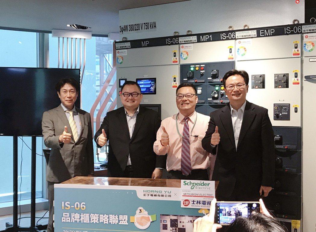 攝陽企業(日本三菱電機子公司)總經理渡邊憲章(左起)、施耐德台灣區總經理張智斌、...