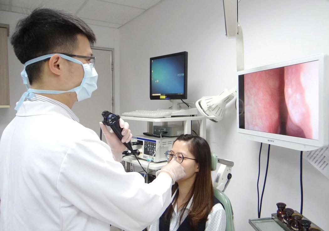耳鼻喉部主治醫師王俞鈞使用內視鏡檢查鼻、咽、喉等部位看有無病灶。 奇美醫學中心/...
