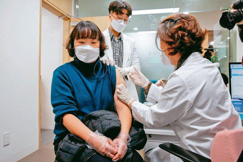圖為南韓施打AZ疫苗情形。路透