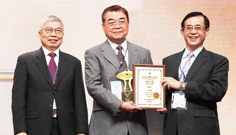 第15屆2020得獎人沈文振董事長(中)、台北科技大學校長王錫福(左)、台北科技...