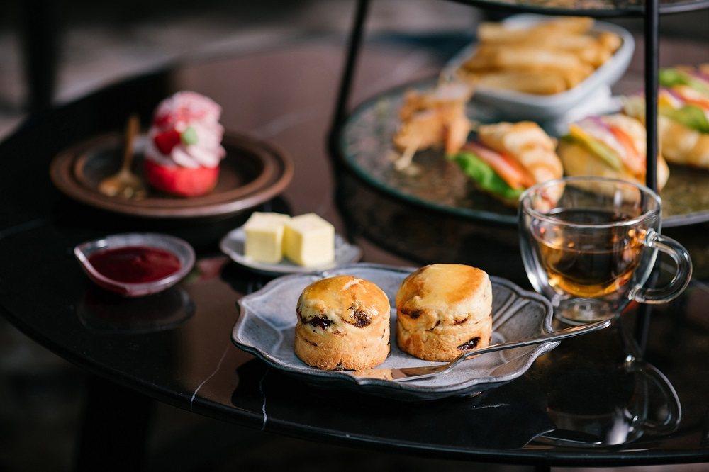 「英式司康」維持傳統製作手法,外酥內軟口感,溫熱的糕體蘸上手工自製莓果醬,吃進嘴...
