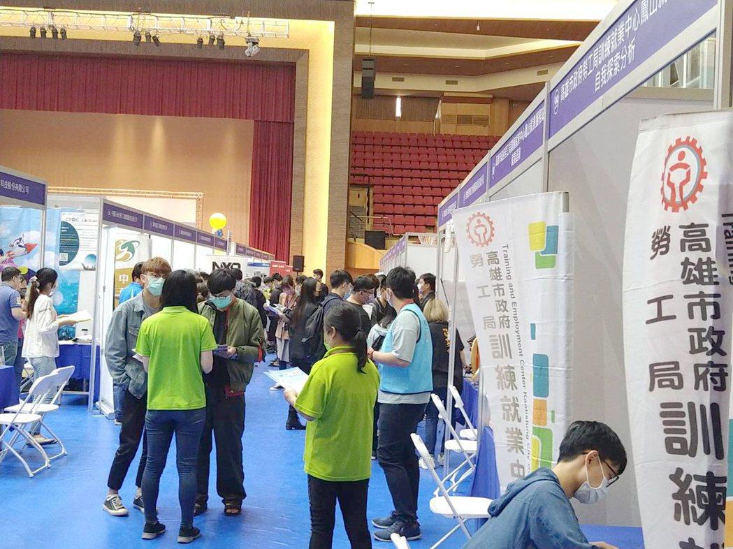 義大舉辦校園就業博覽會,吸引百多家廠商參與。 義守大學/提供