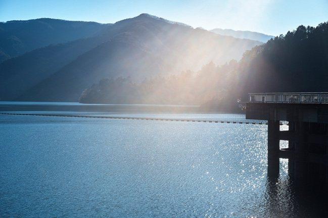 波光粼粼的湖面。 圖/Ensen Marugoto Hotel提供
