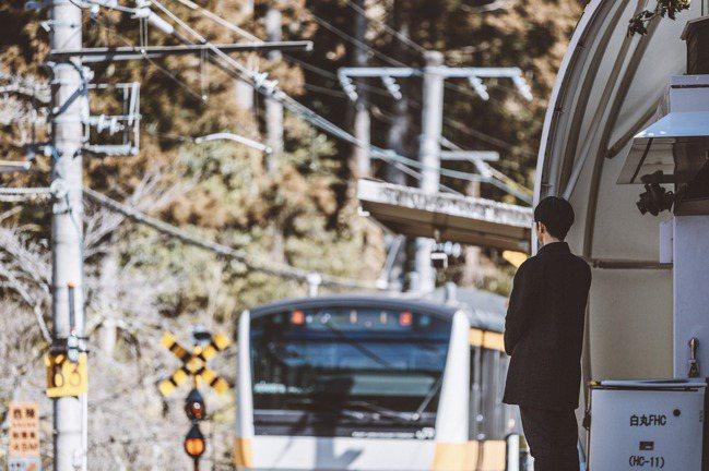 禮賓接待員在白丸車站的月台上守候,等待著列車進站。 圖/Ensen Marugo...