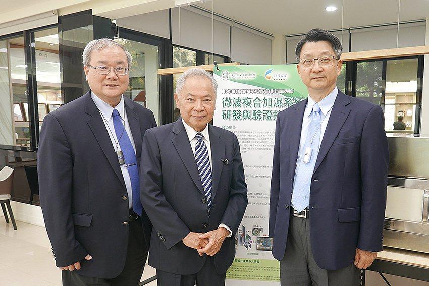 奇美食品董事長宋光夫(中)參加食品所110年研發成果展示會。 食品所/提供