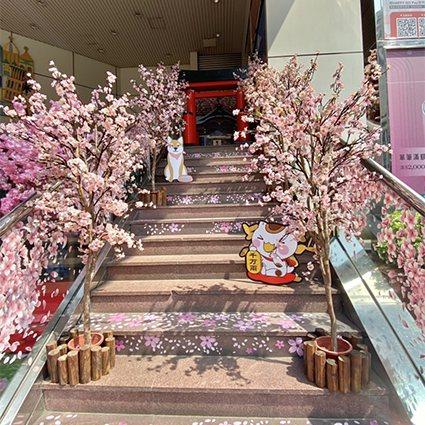 一樓廣場也打造出櫻花盛開超人氣打卡美景。 SOGO百貨中壢店/提供