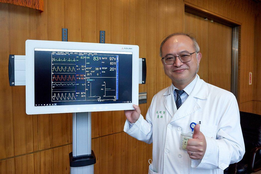 臺大醫院院長吳明賢強調,公衛電腦是守護醫護人員健康的好幫手。 凌華科技/提供