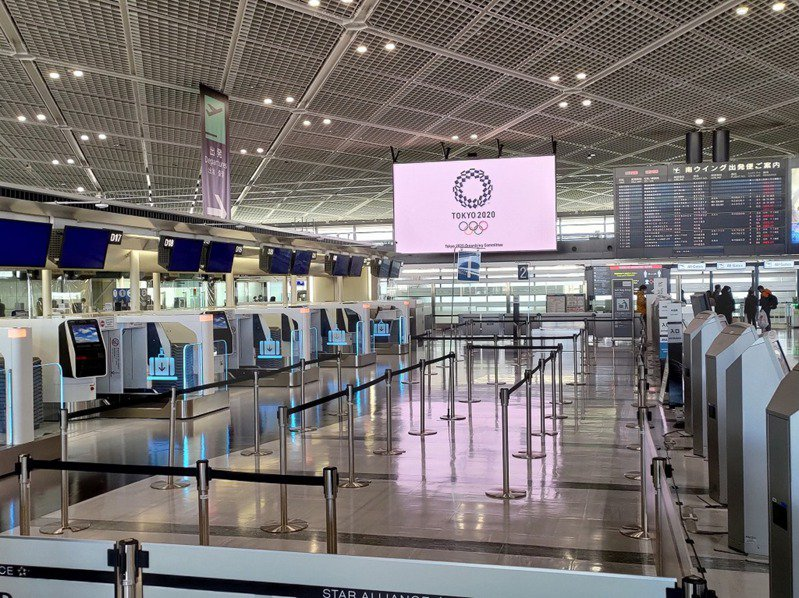 圖為今年2月東京成田國際機場乘客稀少的情況。中央社