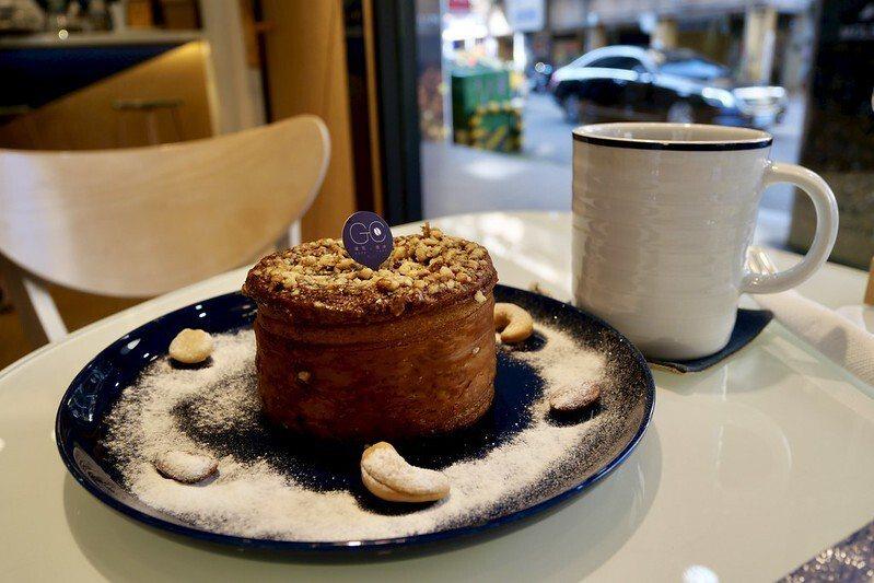 耶加雪菲咖啡和肉桂捲。