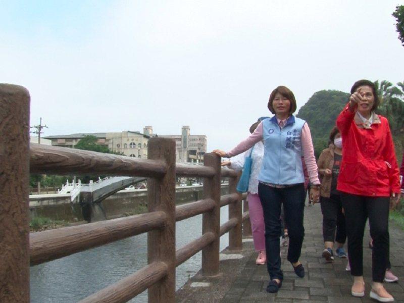 萬里區瑪鋉溪步道扶手欄杆仿木質外觀的混凝土設計,也省下了許多維修養護的成本。 圖/紅樹林有線電視提供