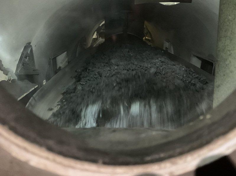 中火三號機確認前晚投煤量已達每小時廿八噸、爐溫也提升至超過攝氏四三○度,已併聯發電。圖/台中市環保局提供