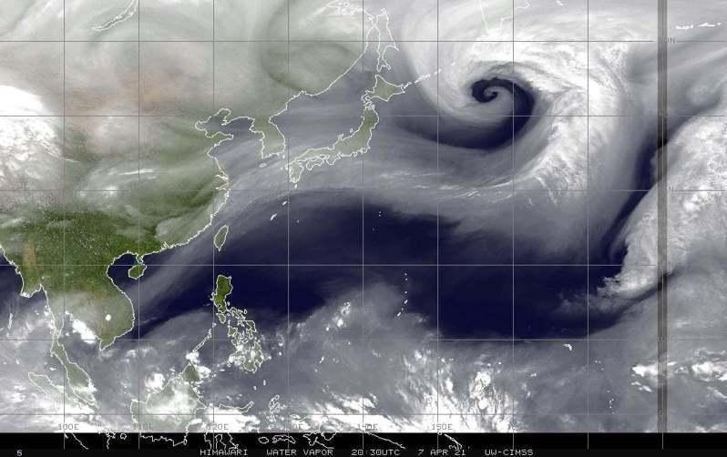 鄭明典PO出水氣頻道影像,代表中高層水氣含量,越白越濕,「很美的螺旋線條」。圖/取自鄭明典臉書