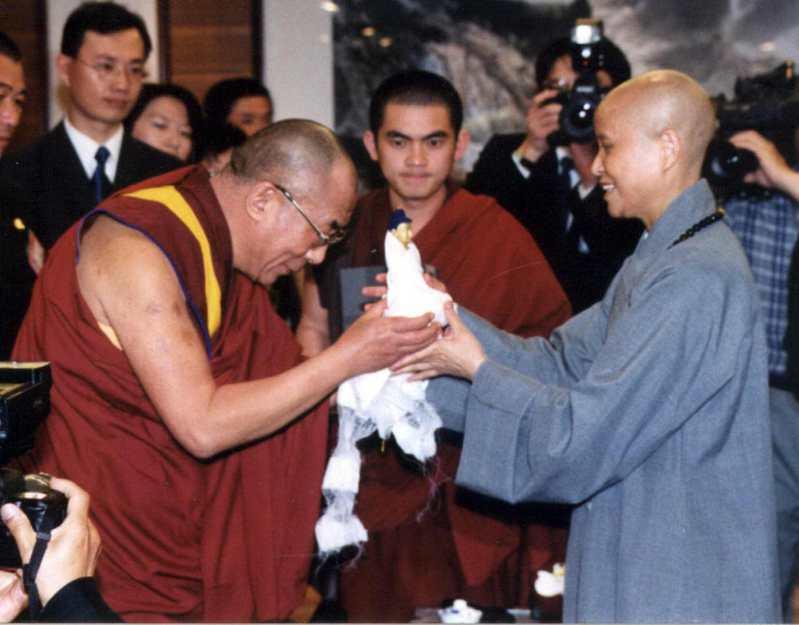 2003年4月8日,達賴喇嘛(左)到嘉義縣大林慈濟醫院參訪,離去前致贈哈達及佛像給證嚴法師(右)。圖/聯合報系資料照片