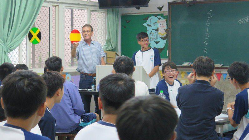 國立屏東高中110學年將開設雙語教育實驗班,一班招生30名學生。圖為外師上課情況。圖/屏東高中提供