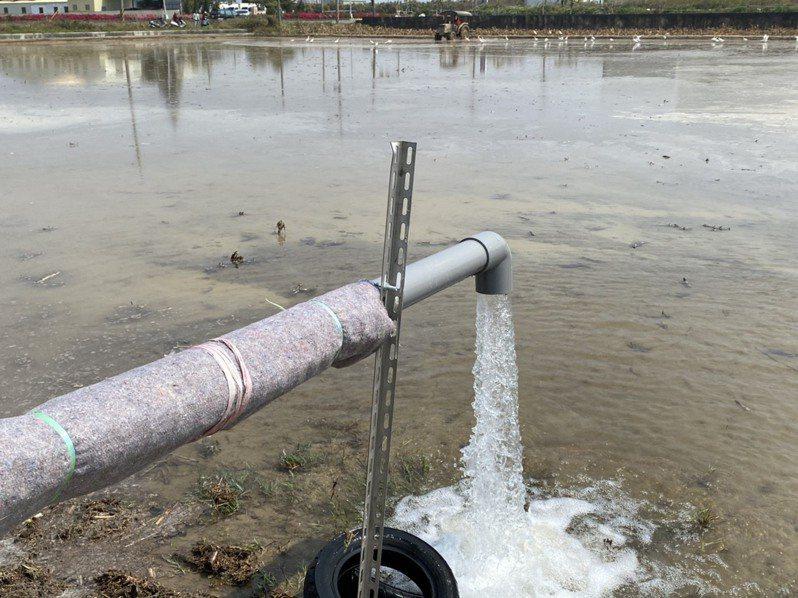 嘉義縣超前部署盤點18口水井備用檢測水質,圖為農民啟用水井耕作。記者魯永明/ 攝影