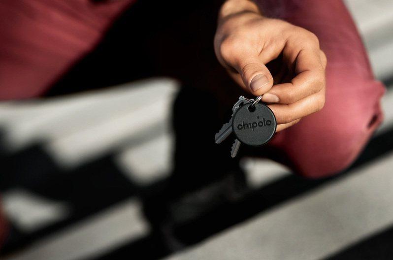 Chipolo ONE Spot防丟小幫手特別版,具有防水的輕盈設計,能輕鬆地貼附在鑰匙、行李、背包等物品,可在Chipolo 官網上訂購並配送到全球。圖/蘋果提供