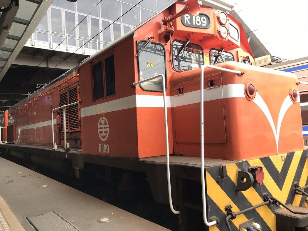 台鐵花蓮火車站安排機車頭貼上黃絲帶,9時28分鳴笛追思。記者王燕華/攝影