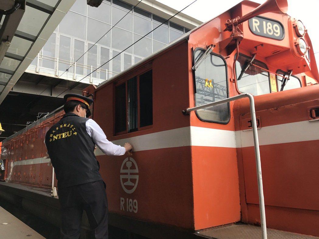 台鐵花蓮火車站有司機員在機車頭貼上黃絲帶,9時28分鳴笛追思。記者王燕華/攝影