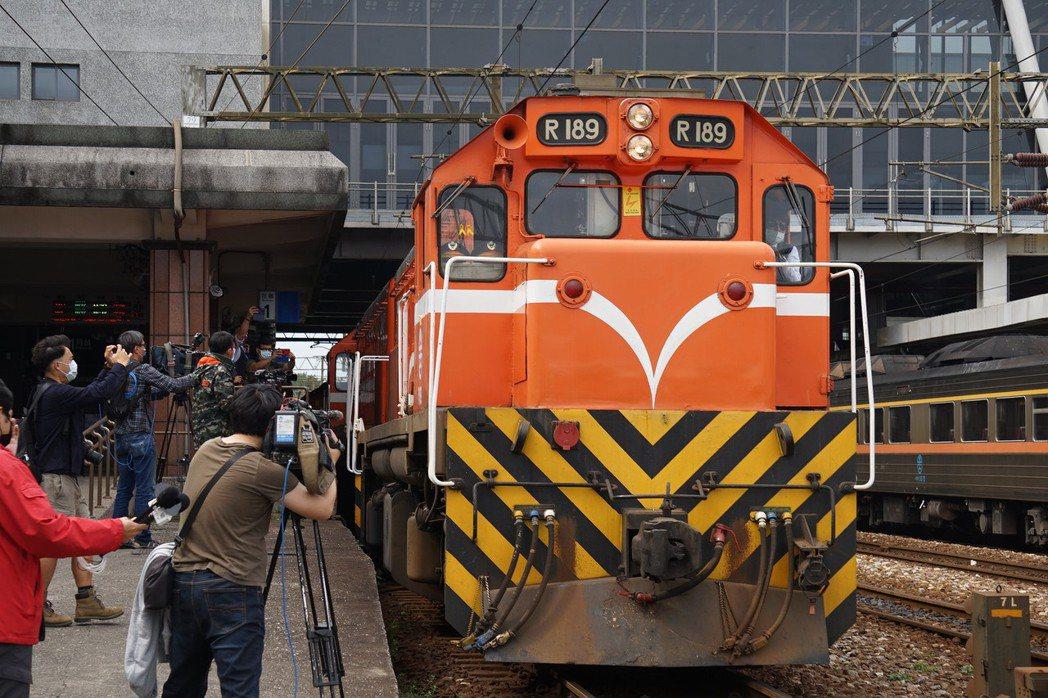 台鐵花蓮火車站有司機員在機車頭貼上黃絲帶,9時28分鳴笛後,緩緩駛離月台。記者王...