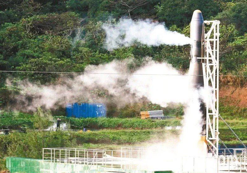 圖為國產火箭飛鼠一號火箭試射發現系統訊號異常,最後終止發射,隨後將燃料施放到空氣中。 本報資料照片