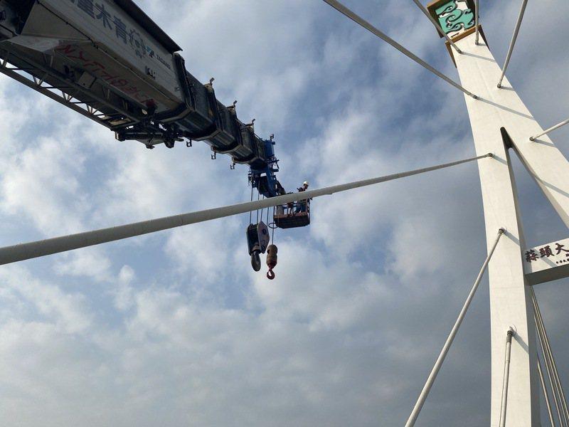 蒜頭大橋興建廠商連絡120噸大型吊車,配合道路管制進行相關燈具線路維修及更新,預計10日全部改善完成。圖/嘉縣府提供