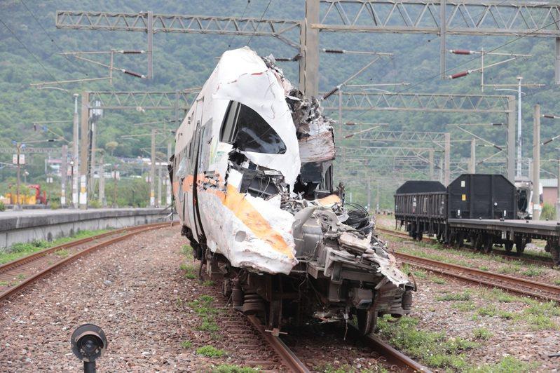太魯閣號事故造成嚴重傷亡,台鐵「公司化」議題再被討論。圖為發生事故的太魯閣號,駕駛座被變形的車體擠壓,整個車頭被削掉一半。記者蘇健忠/攝影