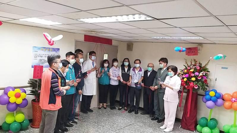 朴子醫院爭取身心科急性病房,3月完成許可,昨天36周年慶舉行身心科急性病房揭牌儀式。圖/朴子醫院提供