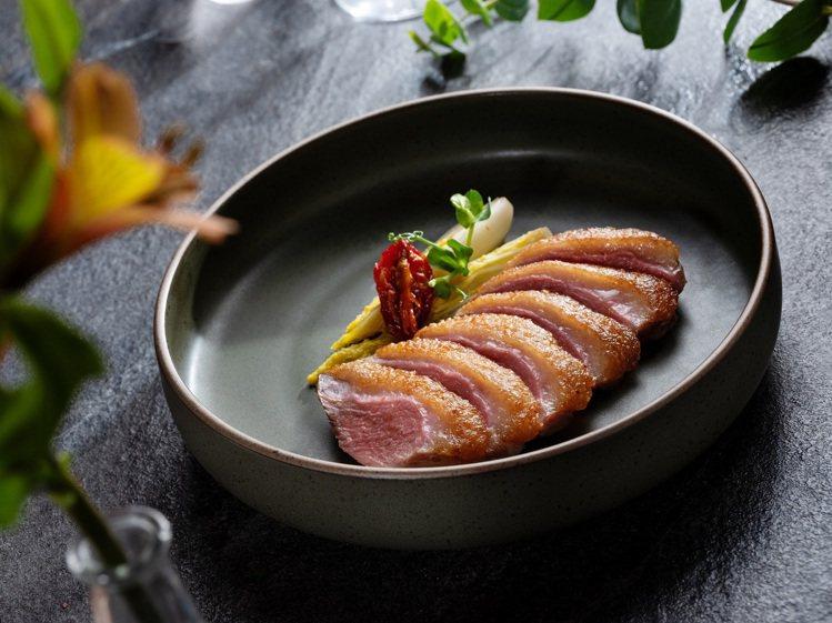 乾式熟成櫻桃鴨胸。圖/美福牛排館提供。