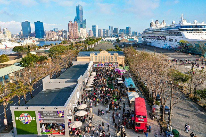 高雄港七號碼頭新進駐「HOLO PARK映像鹽埕」廣場,打造整條「懷舊復古商店街」。照片/業者提供
