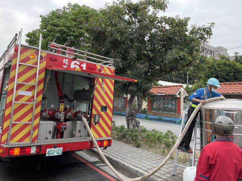 北彰化實施「供五停二」,除水公司5輛水車,消防局也出動3輛消防水車,提供民眾用水需求,首度實施順利完成任務。圖/彰化縣消防局提供
