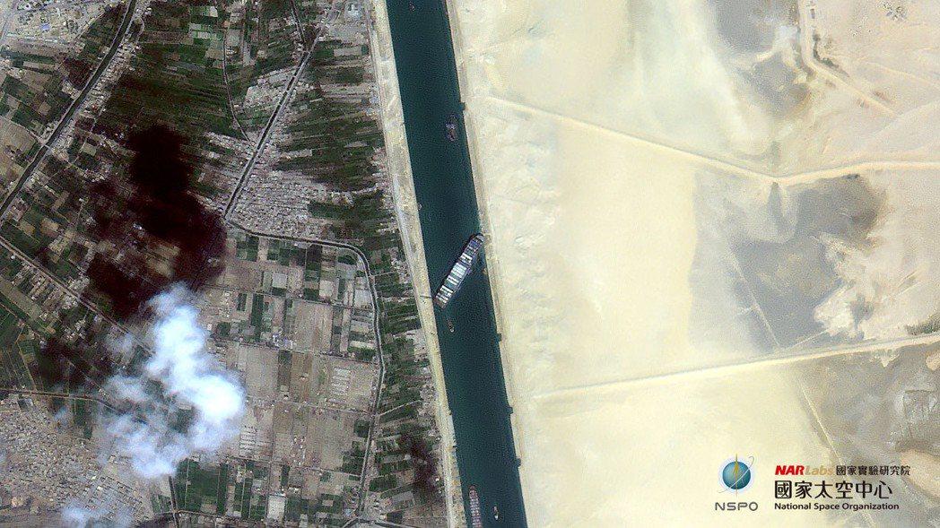 長榮貨輪「長賜號」日前擱淺蘇伊世運河,國產衛星福衛五號從太空拍下塞船畫面。圖/取...